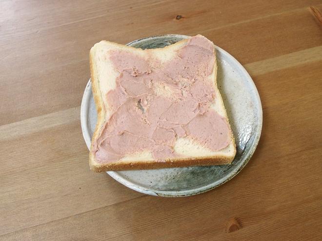 パンに乗せて、焼く